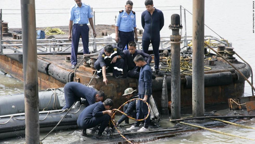 130815004233-india-submarine-explosion-horizontal-large-gallery.jpg