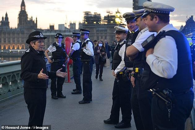 27316886-8232195-Ms_Dick_rallies_the_troops_on_Westminster_Bridge_last_night_befo-a-24_1587206...jpg