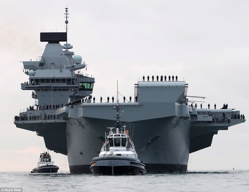 434A8DE400000578-4794340-The_HMS_Queen_Elizabeth_is_escorted_into_Portsmouth_Harbour_with-a-4_...jpg