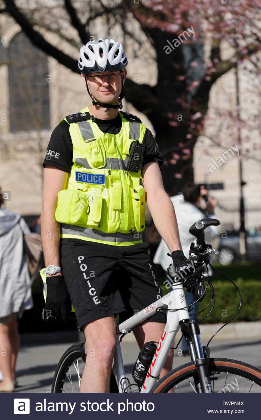 a-british-police-officer-in-uniform-on-push-bike-on-patrol-london-DWPN4X.jpg