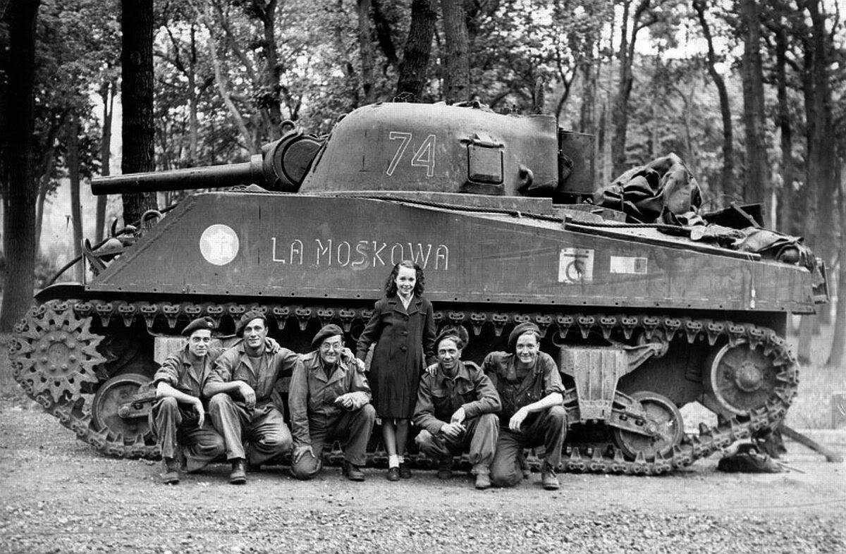 A Sherman of the French 2nd Armored Division and it's crew in 1944..jpg
