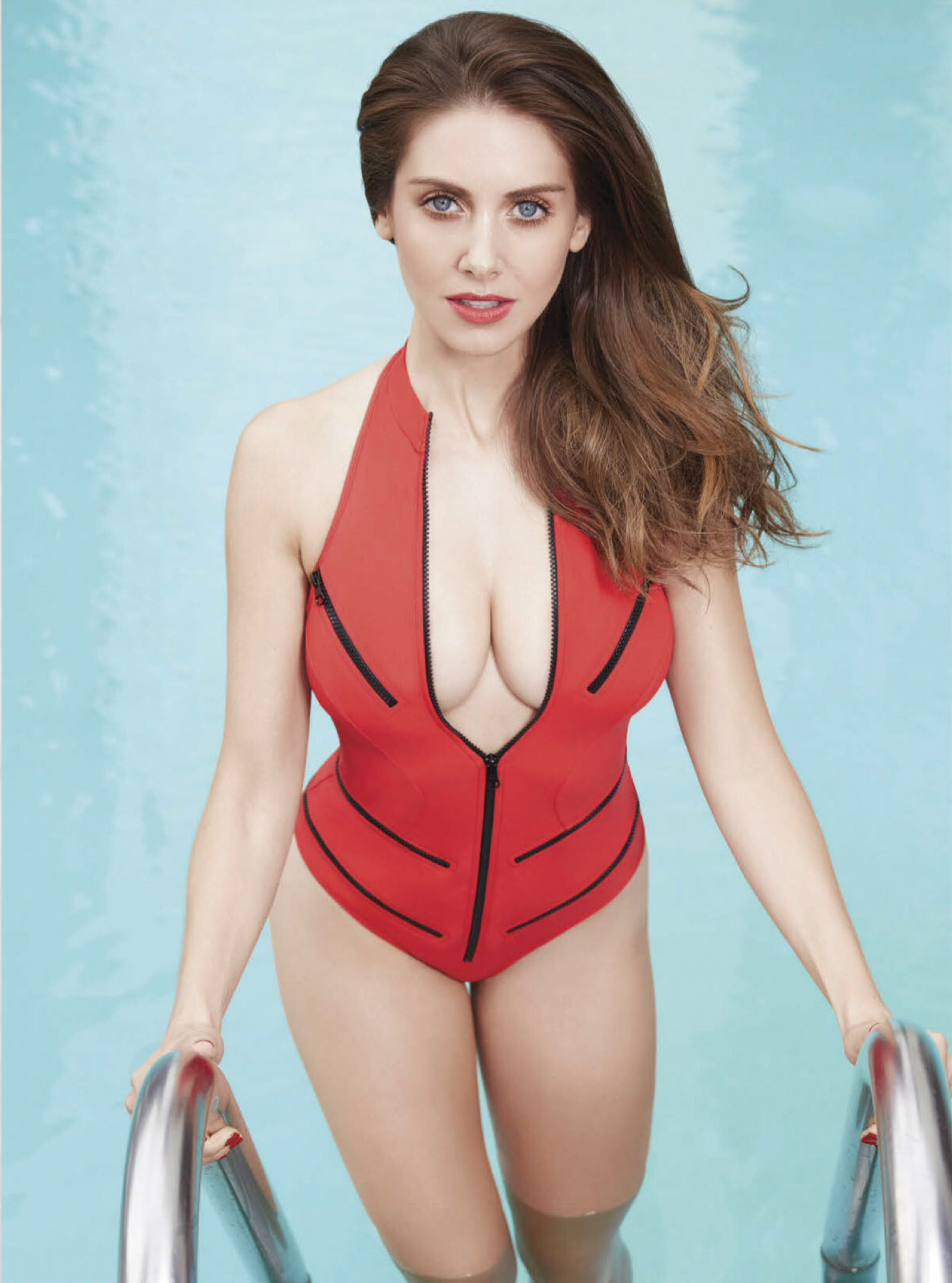 Alison-Brie-Sexy-Cleavage.png