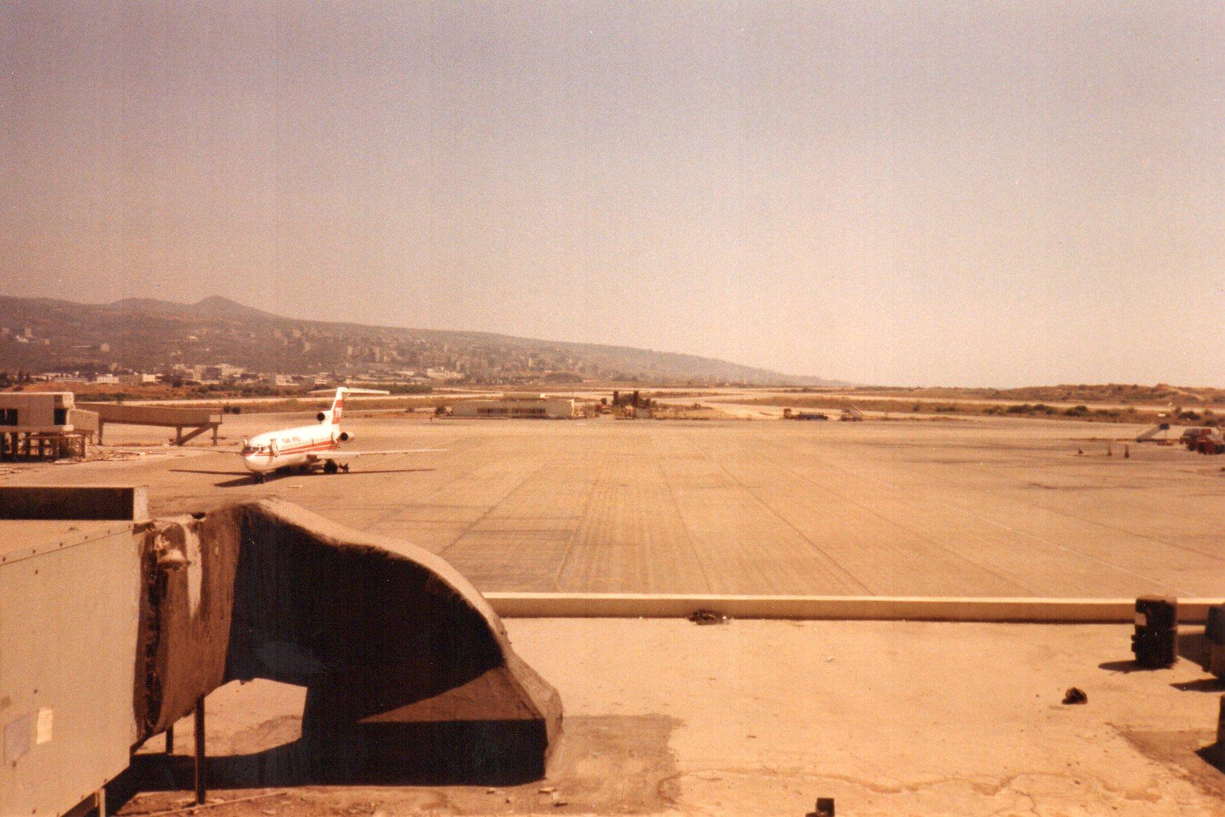 Beirut Airport, Hijacked TWA, 22 July 1985.jpg