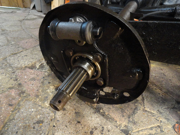 brake parts backplate and new cylinder.png