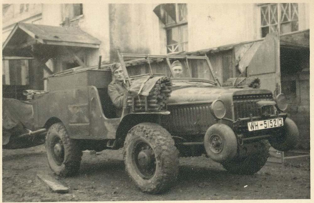 French WW2 Artillery tractor (4x4) V15T 1.jpg