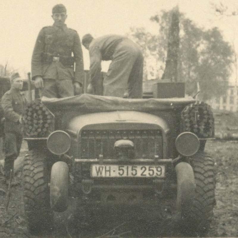 French WW2 Artillery tractor (4x4) V15T 2.jpg
