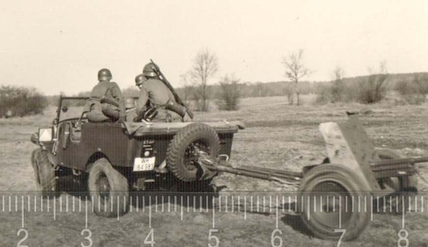 French WW2 Artillery tractor (4x4) V15T 3.jpg