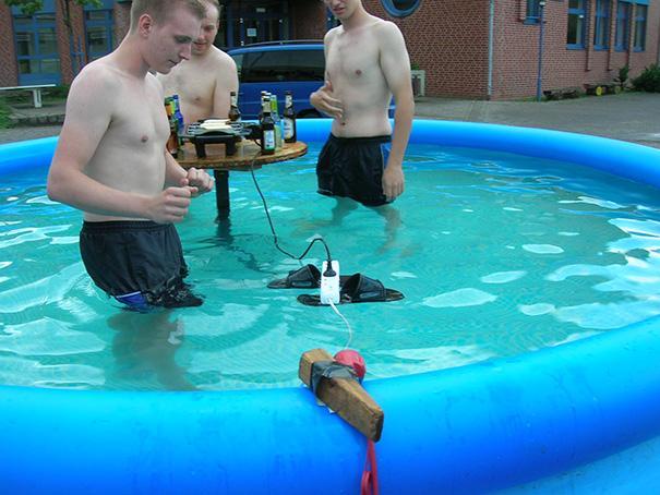 funny-photos-men-safety-fails-26__605.jpg