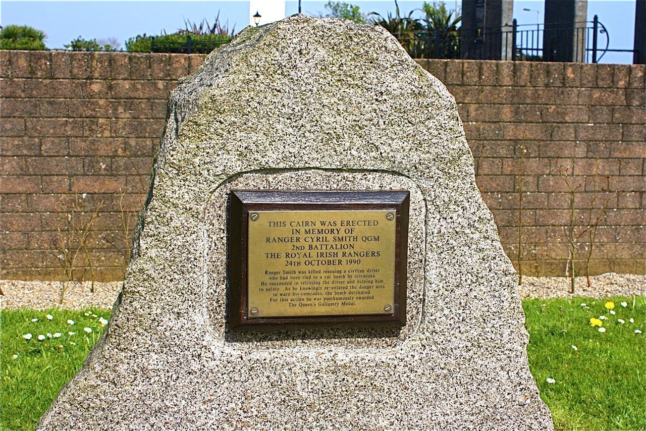 Garden_of_Remembrance_-Ranger_Cyril_Smith_QGM_Memorial_-_panoramio.jpg