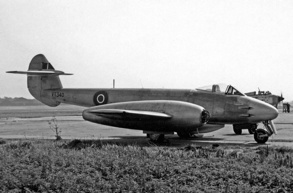 Gloster_Meteor_F.4_VT340_Fairey_Ringway_21.07.55_edited-2.jpg
