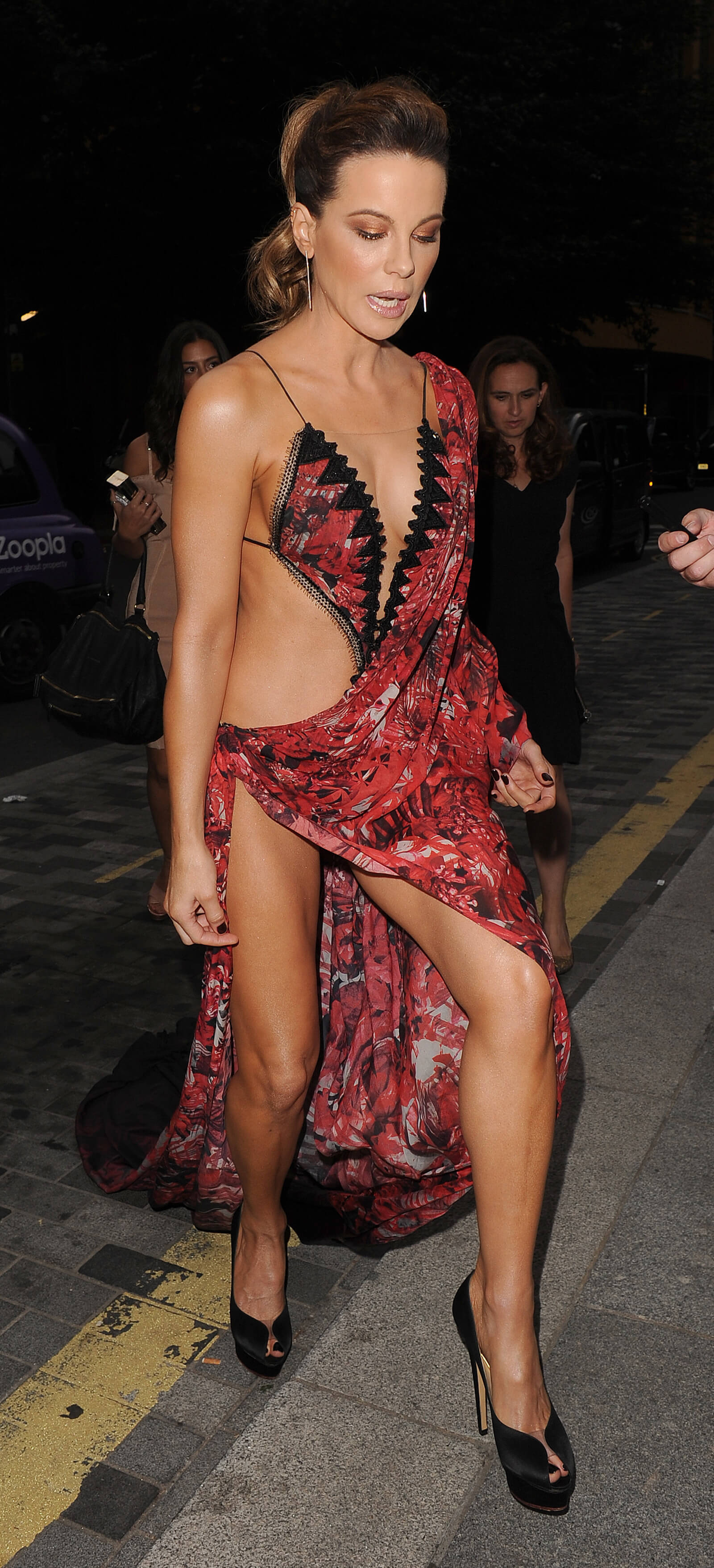 Kate-Beckinsale-sexy-cleavages.jpg