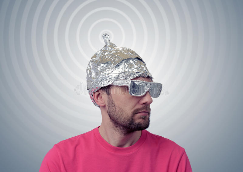 l-homme-dr-le-barbu-dans-un-chapeau-du-papier-d-aluminium-envoie-des-signaux-54420440.jpg