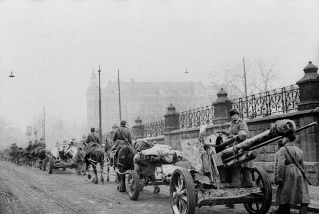 lefh18m  Captured German howitzers 10,5cm leFH18M with Russian crew in Cracow .jpg