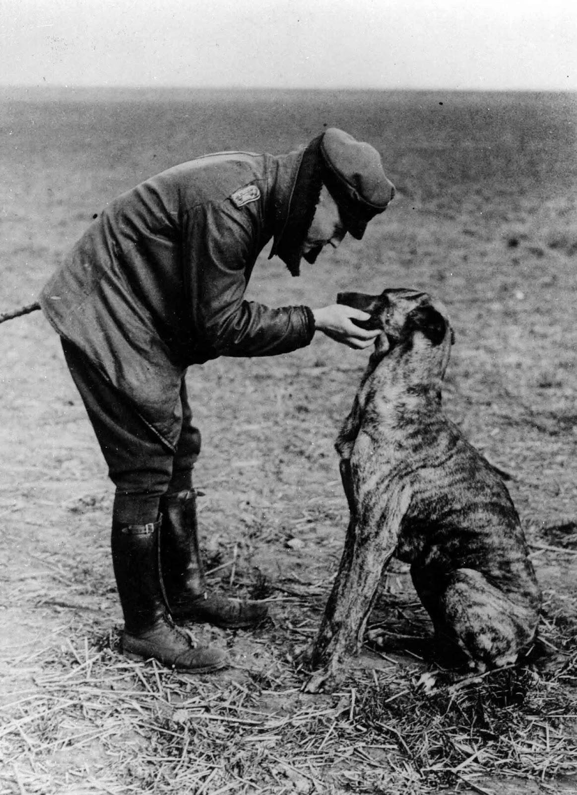 Manfred_von_Richthofen_and_his_dog.jpg