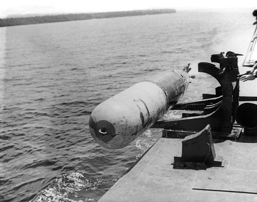 Mk_13_torpedo_launch_from_PT_boat_c1943.jpg