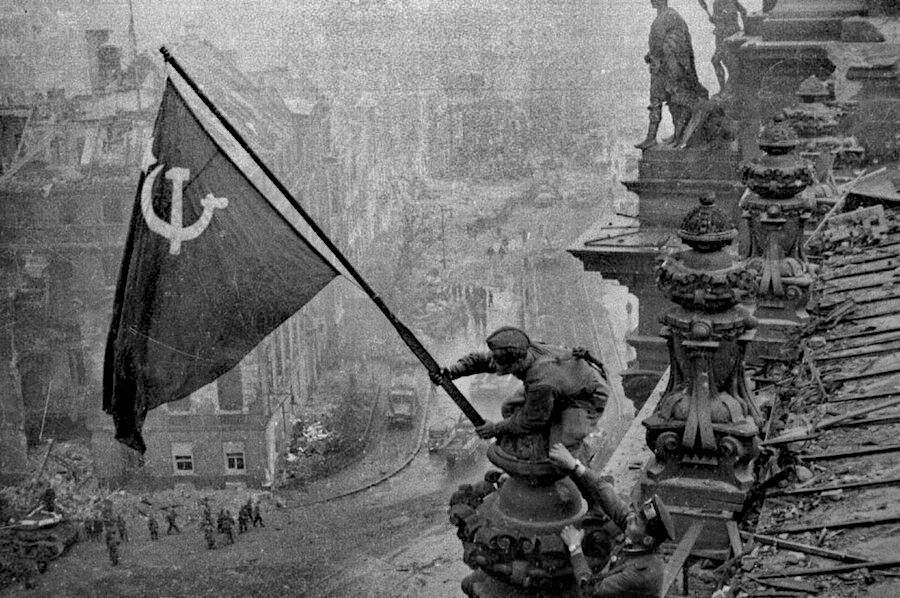 Raising_a_flag_over_the_Reichstag_2.jpg