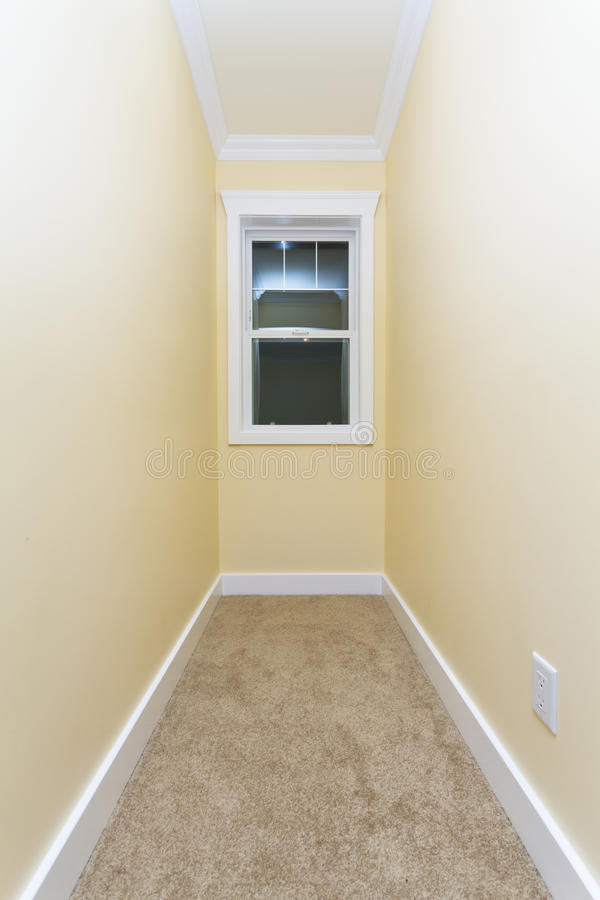 small-empty-room-19315208.jpg