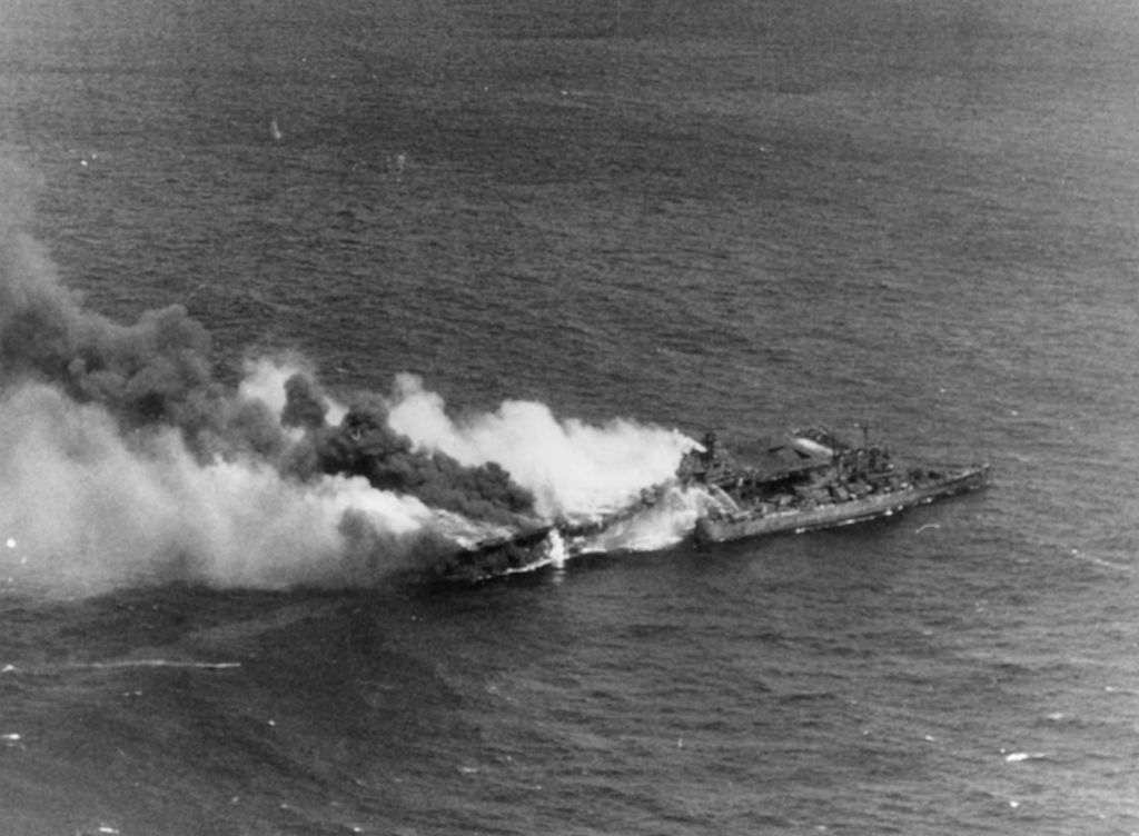 USS_Santa_Fe_(CL-60)_fighting_fires_aboard_the_burning_USS_Franklin_(CV-13)_on_19_March_1945_(...jpg