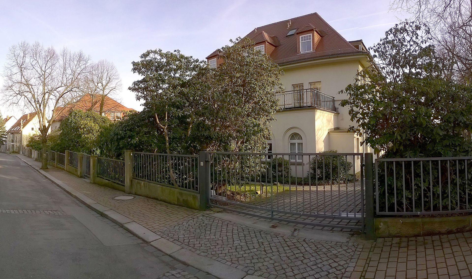 Villa_und_Wohnort_von_Generalfeldmarschall_Friedrich_Wilhelm_Ernst_Paulus_in_Dresden_Oberlosch...jpg